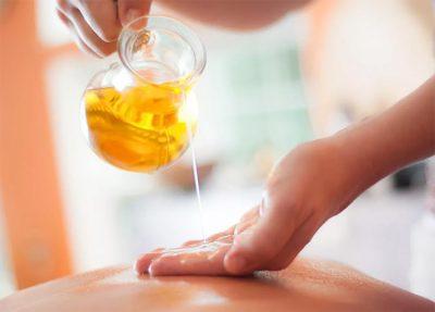 услуги масляного эротического массажа в Москве от салона Акватория. Массажные техники с маслом.